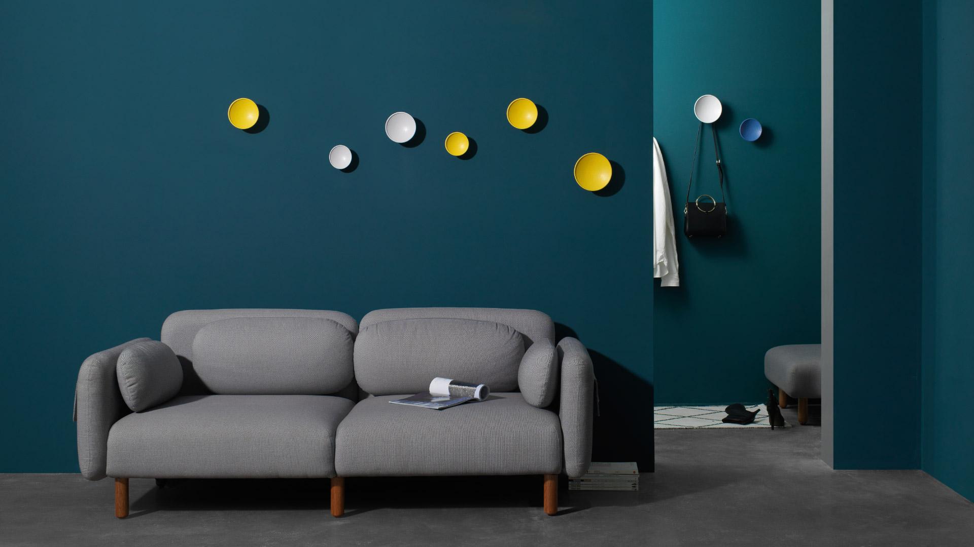 大胆和墙面撞色搭配,深深浅浅的装饰色,带来惊喜的视觉张力,色彩玩家的墙面软装首选。?x-oss-process=image/format,jpg/interlace,1