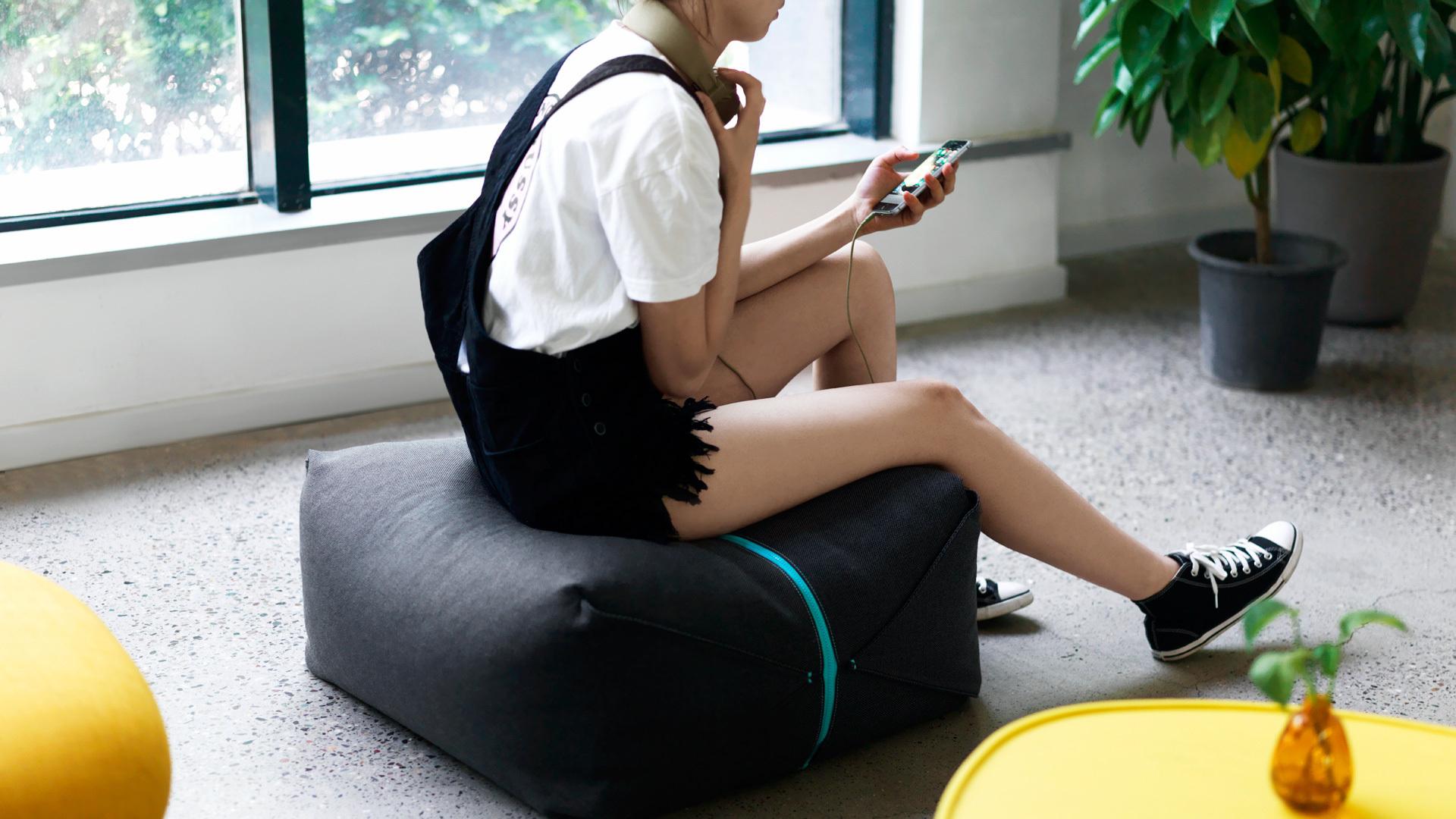 提一个坐墩,任意放在窗边角落,享受阳光微醺,或读书,或听一曲音乐,让阳光不再错过。