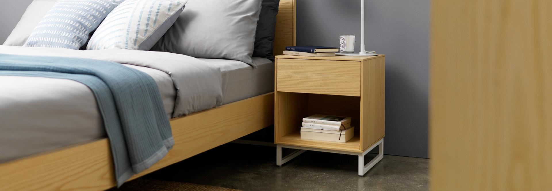全实木手感,高强度不变形,卧室温润点缀