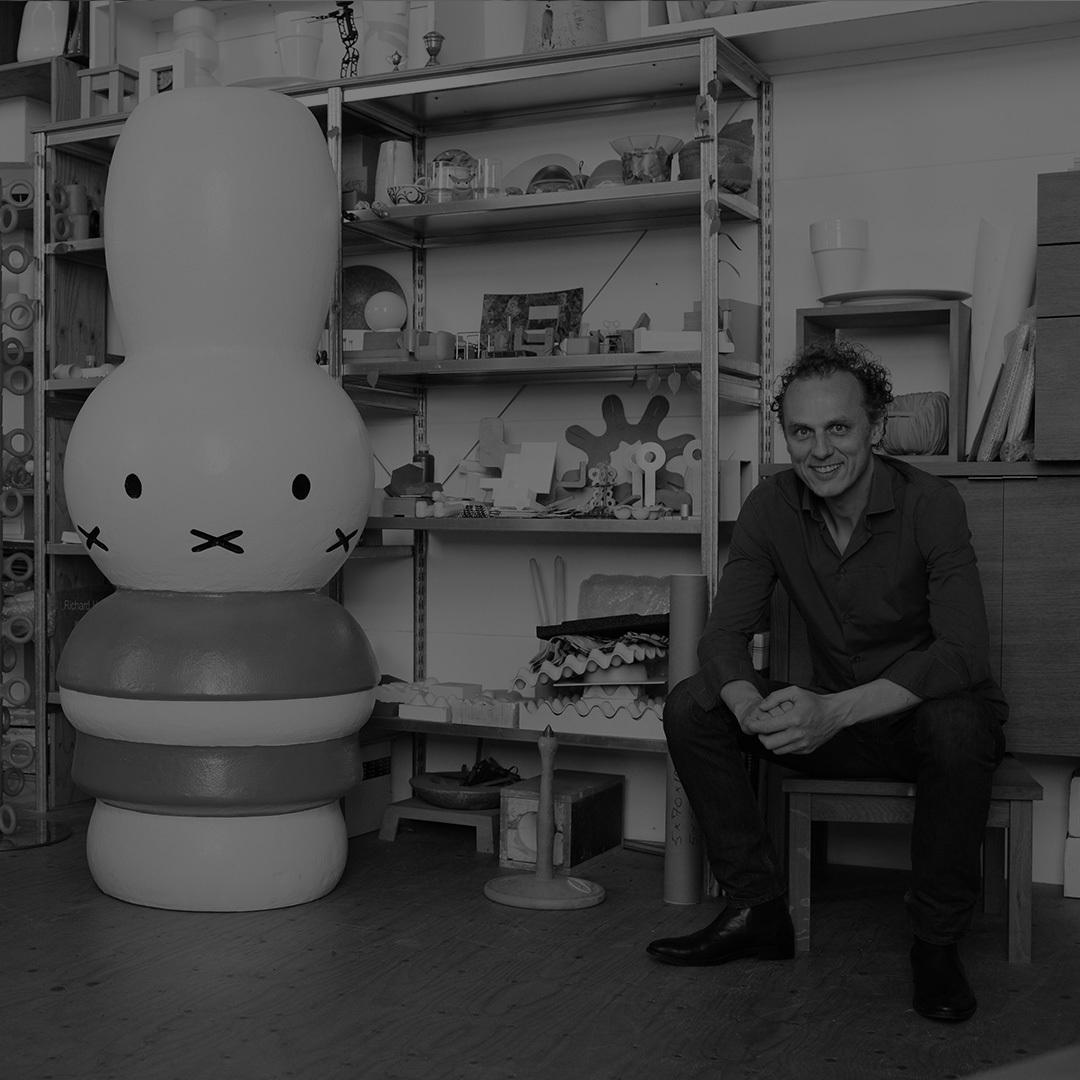 荷兰设计师,1991年毕业于埃因霍芬设计学院,同年成立了自己的设计工作室。1993年,加入Droog Design,并成为其重要核心成员。作为一位充满欢乐与创新的革新者,Richard Hutten对于设计有着自己的理解和定位。Red Dot Award、LAI award、the German Design Award, 都曾被他揽入囊中。荷兰设计的标志性人物,他的作品曾在the MoMA New York、Stedelijk Museum Amsterdam、Centraal Museum Utrecht等展出。