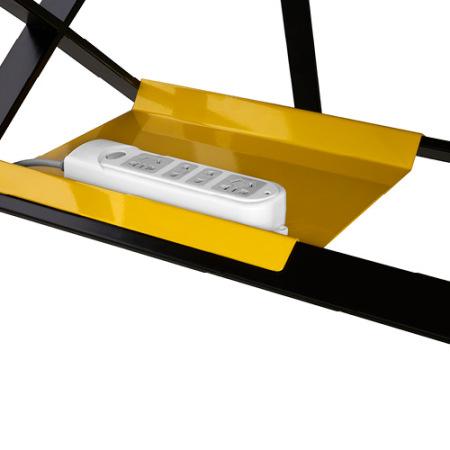 单/双人位工作桌均配有2个不同尺寸的谷黄色插排托盘,可挂扣于桌下横撑上,一道轻巧方便的桌下风景