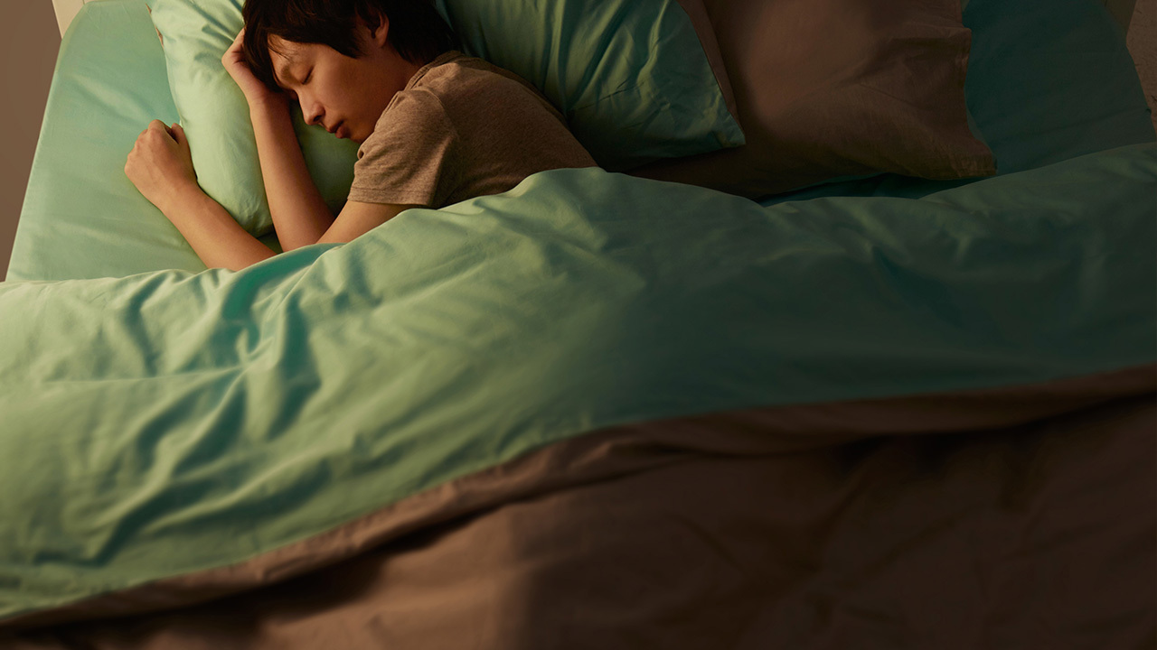 造作有眠撞色系列的床品,拉开被褥的另一个色彩,为睡眠带来一点小小的惊喜。床头灯记得选择暖色的非直接光源哦。