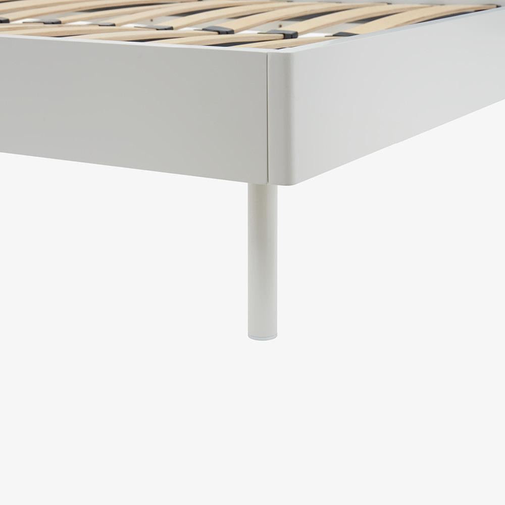 同色金属腿+塑料管塞护地板