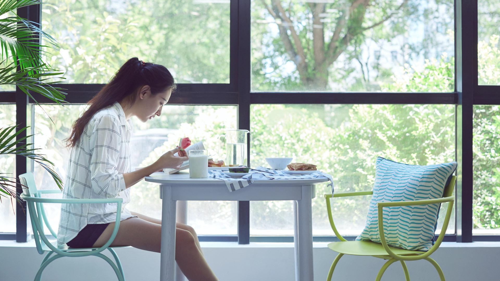 翻书阅读与享用小食的闲适,都有微风阳光的陪伴,下午茶时间就从这里开始吧。