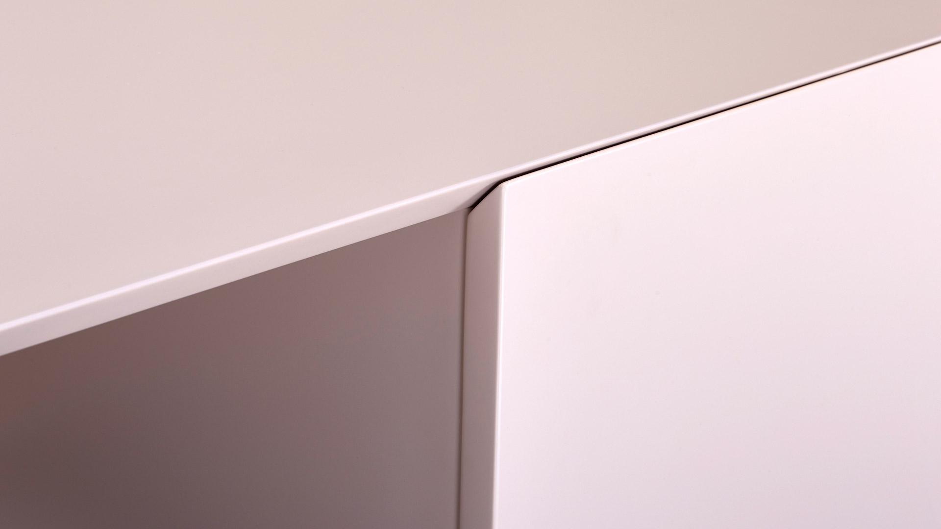 柜体边缘独特的45°精密拼角,区别于市面绝大多数的90°产品,展现细节的极致考究。整个柜体至少运用10处,再现中国精巧加工艺术。?x-oss-process=image/format,jpg/interlace,1