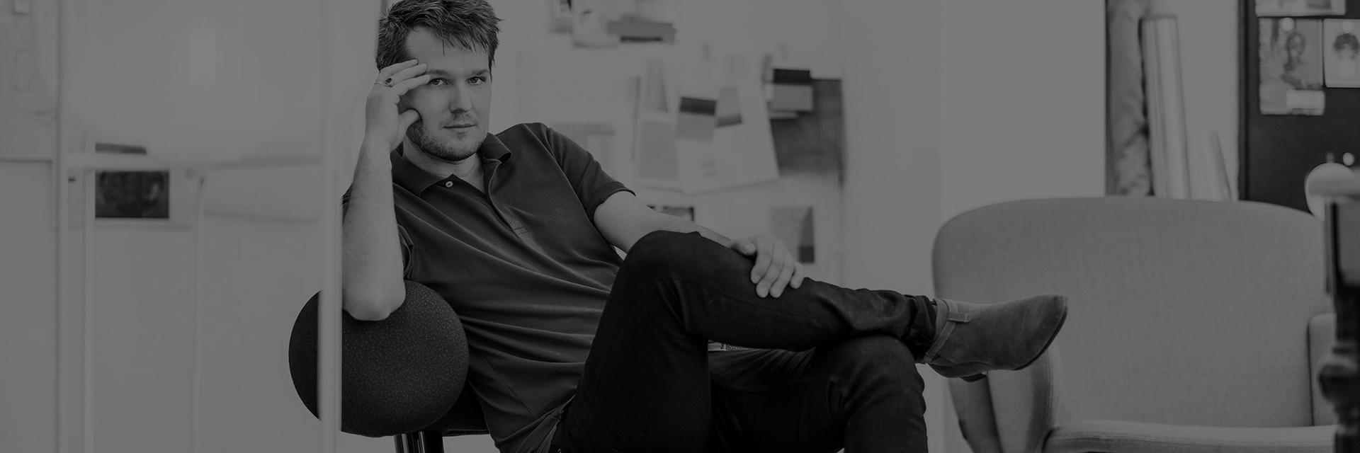 """生于1981年的德国设计师,毕业于奥芬巴赫艺术设计大学,2006年成立了个人设计工作室,受委托为ClassiCon、Gervasoni、Moroso、Rosenthal等一系列家居家具品牌设计产品。与此同时他还参与多项展览陈设、室内装潢等空间项目的设计与施工,并将2011年度德国设计新人奖、科隆家具展最佳沟通概念奖、德国红点设计奖等等奖项收入囊中。 他骨子里有着日耳曼人生来对自然的爱。他从不过度依赖科技,每件产品的设计都坚持""""形随机能""""的原则,对木材、纺织品、铜、铁等传统材质的运用谙熟于心。他希望自己的每件作品都能够保持精简,易于解读,让使用者真正能够理解这件物品的话述,并感到舒适愉悦。"""