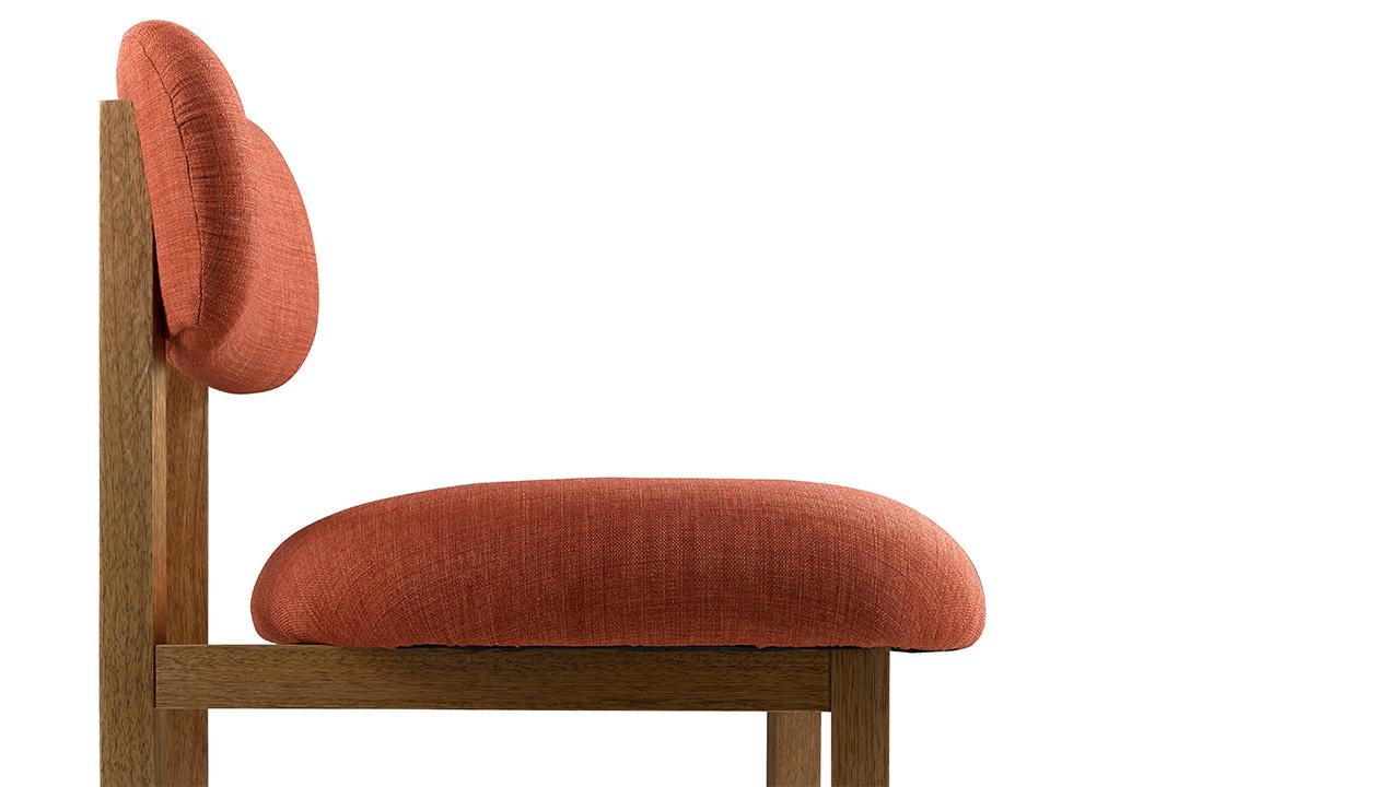 为了尽可能提升舒适度,8点椅的坐垫前高后低,最厚处和最薄处有近4cm的高度差,使腿部可以得到更多放松。