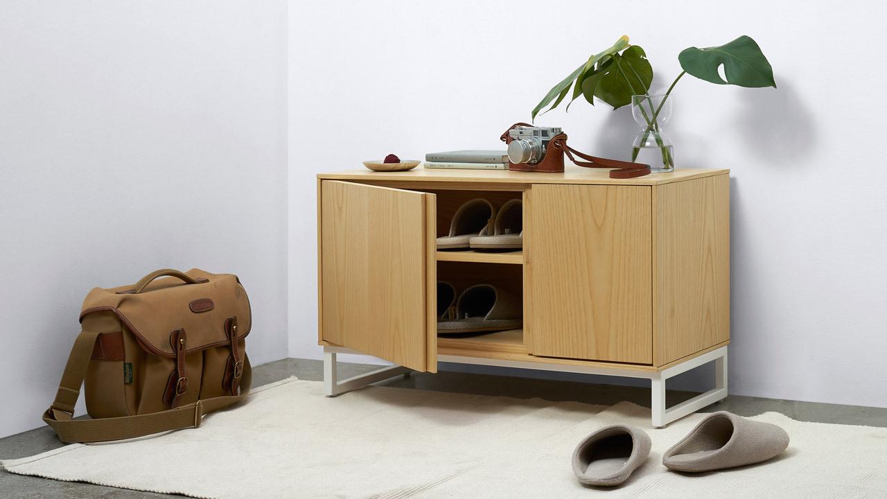 轻巧的身量和设计合理的收纳空间,方便快速更换当季常穿常换的4~8双鞋。柜体上部也可作为换鞋凳使用,最大承重达100kg。空间低调留白,给门厅一个透气呼吸。