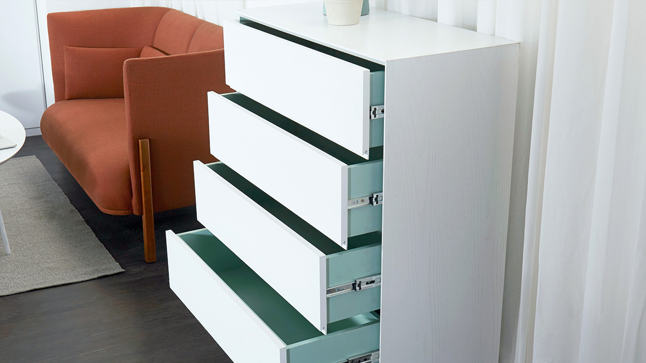 柜体内部的明快亮色与外部的中性柔和产生对撞趣味,充足的内部储藏空间,是实用的储物柜,也是让空间更加丰满的优雅搭配。