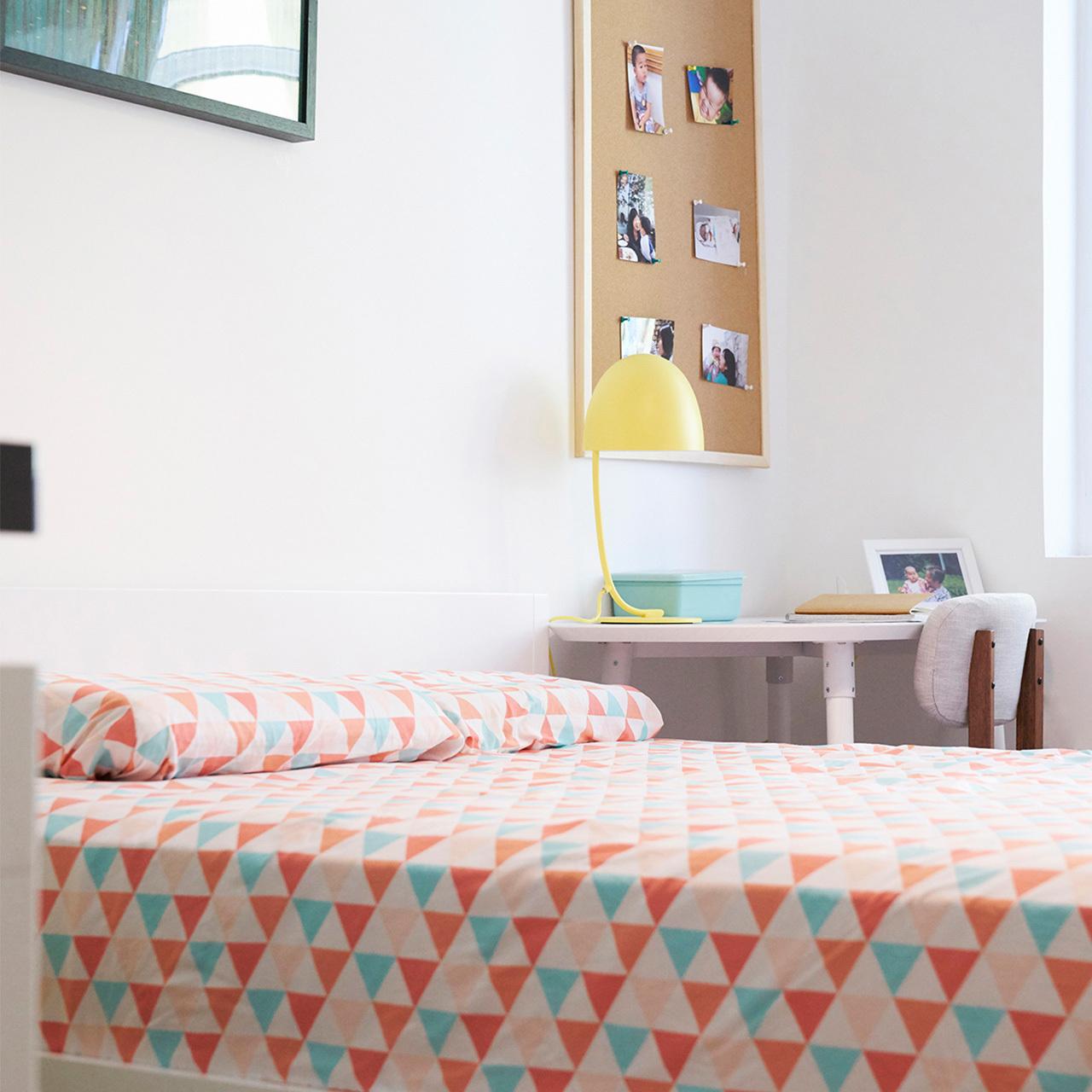 ▲  床头装饰画大一点,让整体空间的色彩更饱满