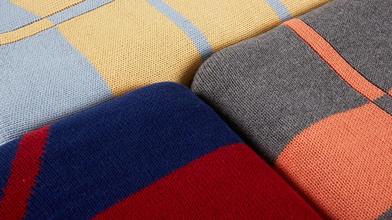 """小Z选用100%精梳棉,较市面常规纯棉针织""""精梳棉""""在纺纱过程中增多一道细密梳理的程序,以精梳机移除棉纤维中杂质与较短的纤维,使棉纱更柔顺有韧性,成毯平滑有质感,经久耐用。"""