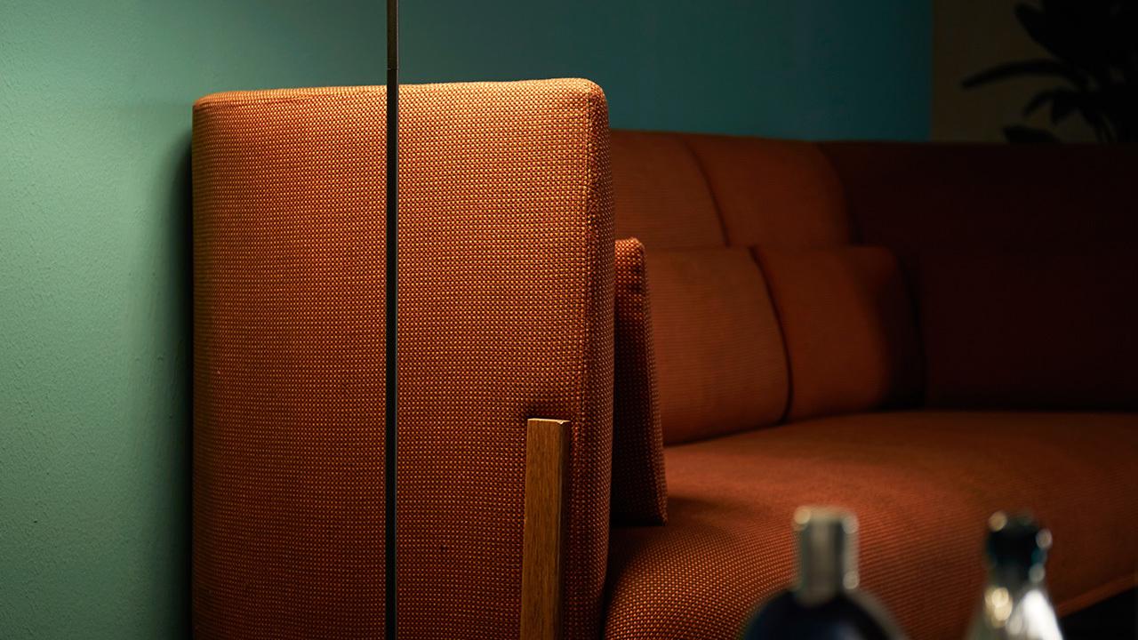 面料如果是沙发的门面,无论要美还是要照明,请一定在旁边点一盏暖色的光源,开灯入眼,沙发本人的性感混线才是漫漫今夜的起点。