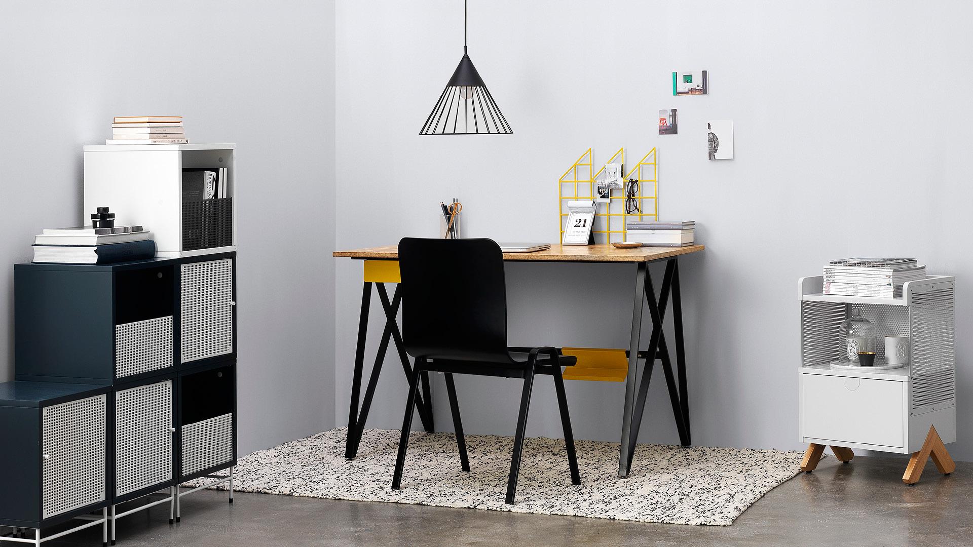 简洁的铁木构造,给小型工作室一个挺拔的基调。好看,耐用,符合人体工学的设计,从此爱上伏案工作的个人天地。