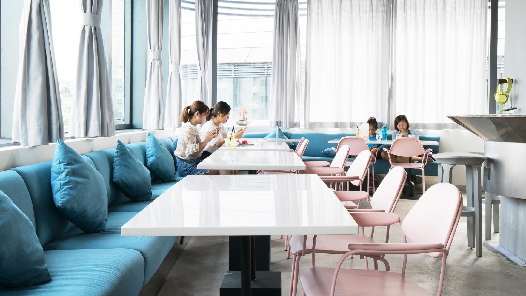 深圳3D Cafe | 这家玩3D黑科技的咖啡店,配了260把设计椅