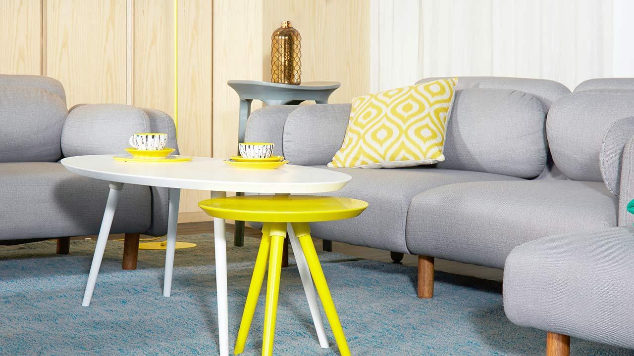 用画板系列白色咖啡几和柠檬黄小彩几的茶几组合,高度差设计带来错落有致的感受,让冷色调鹅卵石沙发变得灵动起来。