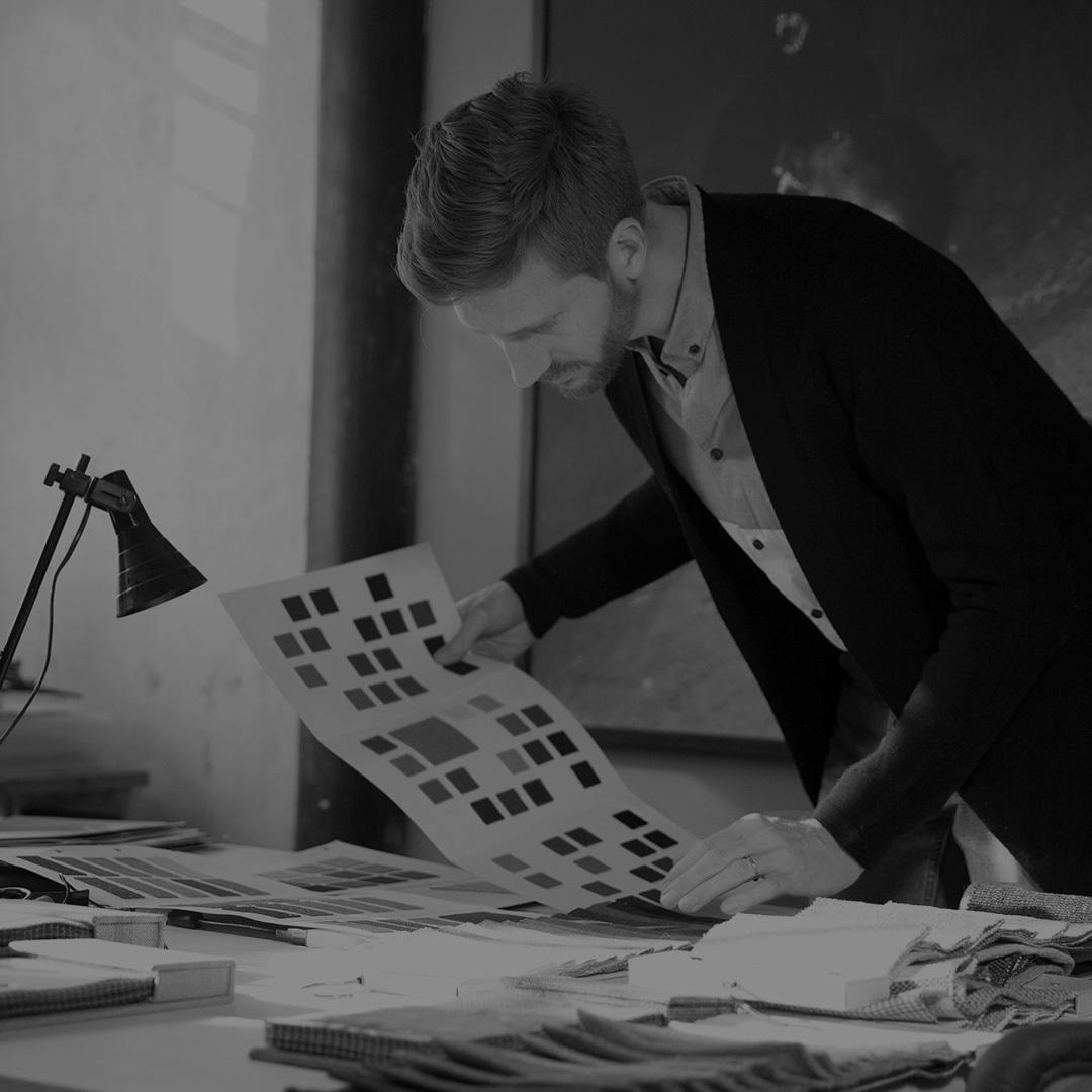 """Max在哥本哈根获得了丹麦皇家美术学院的建筑硕士学位,2010年移居北京,先后就职于Spatial Practice、MAD、Maison Edouard François等事务所,并任教于华中科技大学和清华大学美术学院。 Max看到了中国社会对于原创理念和具有良好品质的家具的需求,以及人们对于个性和表达的需要。2014年,Max认识到""""中国人已经为迎接当代的中国式生活做好了准备。但是,这很困难。因为开始致力于做件事的公司太少了。""""于是他开始与造作合作,将他对于家具的雄心壮志还原成""""初心"""":设计出斑斓动人、具有强大功能性和适应性的""""好用""""的产品。"""