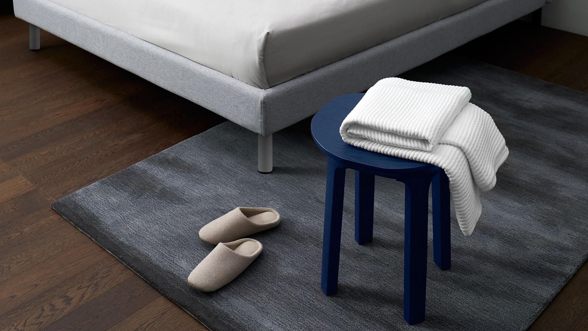 跳脱拘束,让瓦檐边桌担起活跃角色,调和空间平直线条的硬朗感,同时方便日常取放,轻盈曲线赶走无趣,搭配一张触感细腻的地毯,延展卧室的舒适暖意。