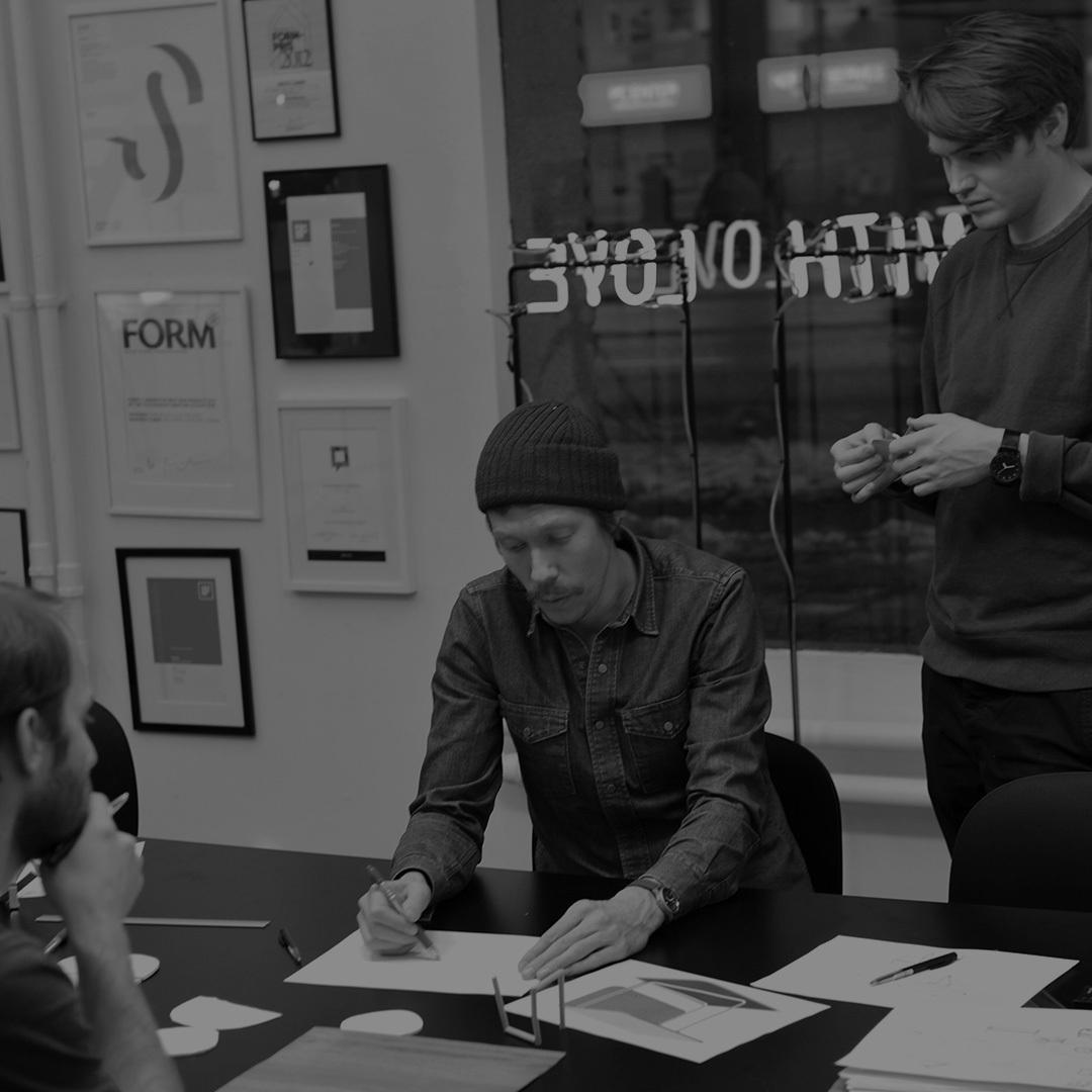 2005年由Jonas Pettersson等三位年轻人组建。那时他们都在卡尔玛大学读书,这所大学位于瑞典南部Småland市,景色幽深,正是瑞典家具的制造中心。现在的FUWL总部设在斯德哥尔摩。成立10年来,这个年轻的工作室在世界范围内建立起良好的声誉,并成为话题与关注的中心。从产品到工作室空间布局都贯穿始终地体现了他们的设计理念:将产品设计与生产工艺、质量监控紧密结合,平衡不同的价值观,关注的不仅仅是产品,还有周遭的一切。