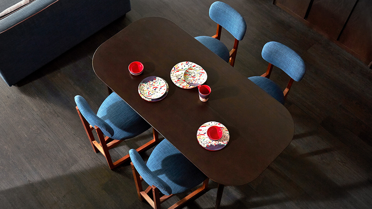 规整柔和的线条,舒适的比例,给餐厅空间制造一个稳实的存在,最多容纳6人的欢聚时光,可搭配任何风格的空间家饰。
