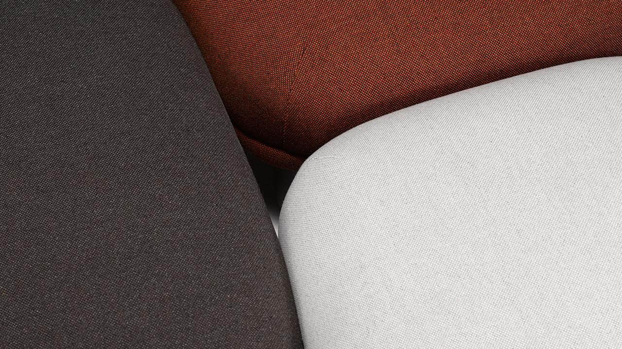 相比灰白格和灰棕格,红棕格的沙发面料,更能为黑白灰基调的客厅带来色彩差异的浪漫氛围。